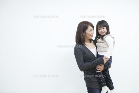 笑顔で寄り添う母と子供の写真素材 [FYI00467771]