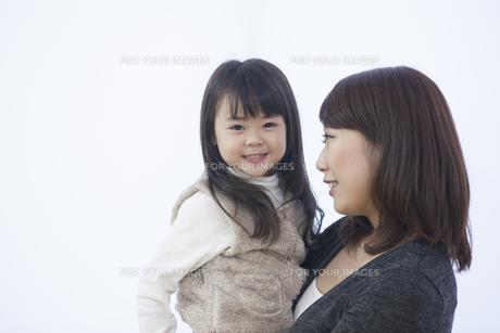 笑顔で寄り添う母と子供の写真素材 [FYI00467780]