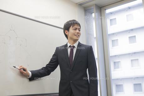 プレゼンテーションするビジネスマンの写真素材 [FYI00467838]