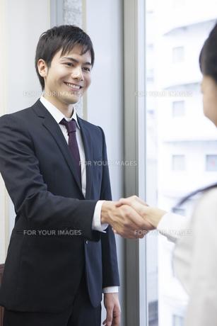 握手をするビジネスマンとビジネスウーマンの写真素材 [FYI00467841]