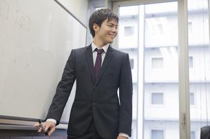 プレゼンテーションするビジネスマンの写真素材 [FYI00467843]