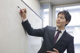 プレゼンテーションするビジネスマンの写真素材 [FYI00467847]