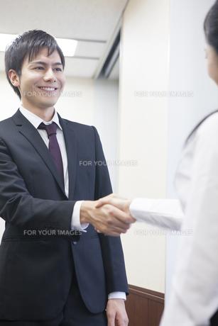 握手をするビジネスマンとビジネスウーマンの写真素材 [FYI00467849]