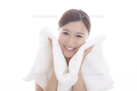 タオルと女性の写真素材 [FYI00468032]