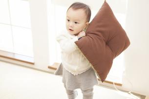 座布団で遊ぶ赤ちゃんの写真素材 [FYI00468058]