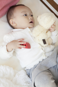 ぬいぐるみで遊ぶ赤ちゃんの写真素材 [FYI00468070]