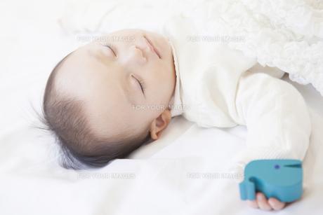 気持ちよさそうに眠る赤ちゃんの写真素材 [FYI00468073]