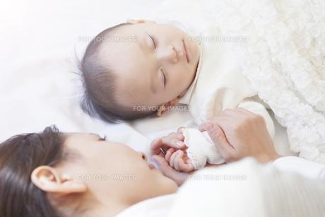 赤ちゃんの手を握る母親の写真素材 [FYI00468074]