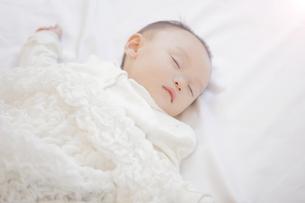 眠る赤ちゃんの写真素材 [FYI00468077]