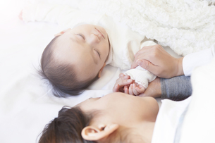赤ちゃんの手を握る母親の写真素材 [FYI00468078]