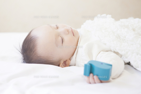 気持ちよさそうに眠る赤ちゃんの写真素材 [FYI00468084]