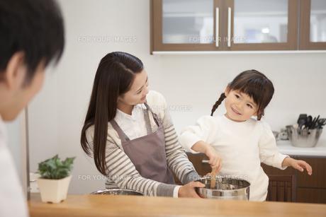 母親と料理をする女の子の写真素材 [FYI00468100]