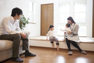 リビングでくつろぐ家族の写真素材 [FYI00468123]