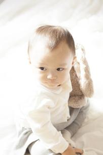 ぬいぐるみで遊ぶ赤ちゃんの写真素材 [FYI00468130]