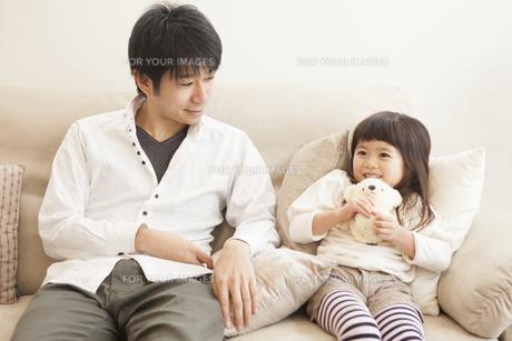 父親とぬいぐるみを抱く女の子の写真素材 [FYI00468135]