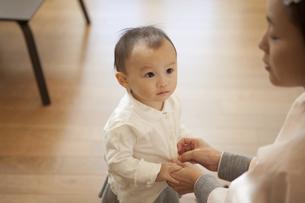 母親を見つめる赤ちゃんの写真素材 [FYI00468137]