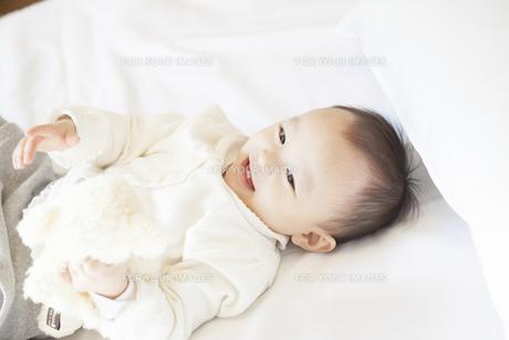 笑顔で寝る赤ちゃんの写真素材 [FYI00468140]