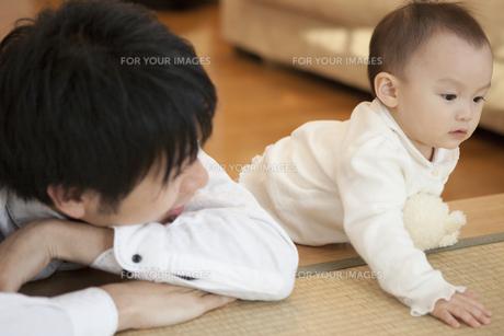 父親と赤ちゃんの写真素材 [FYI00468142]