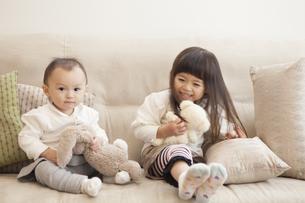 ぬいぐるみで遊ぶ姉妹の写真素材 [FYI00468146]