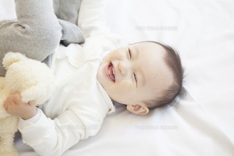 嬉しそうな赤ちゃんの写真素材 [FYI00468149]