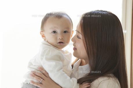 赤ちゃんを見つめる母親の写真素材 [FYI00468160]
