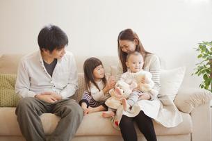 ソファーに座る家族の写真素材 [FYI00468161]