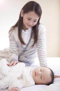 母親と眠る赤ちゃんの写真素材 [FYI00468164]