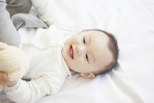 ベッドに寝る赤ちゃんの写真素材 [FYI00468166]