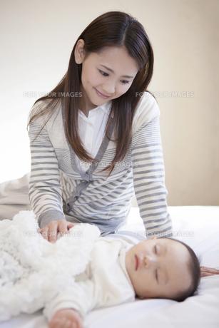 母親と眠る赤ちゃんの写真素材 [FYI00468170]