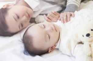 母親と一緒に眠る赤ちゃんの写真素材 [FYI00468171]
