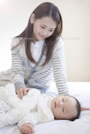 母親と眠る赤ちゃんの写真素材 [FYI00468176]