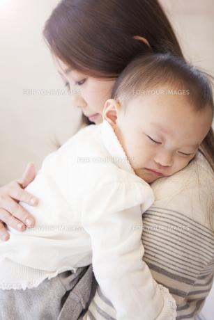 赤ちゃんを抱く母親の写真素材 [FYI00468180]