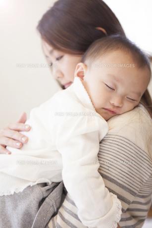 赤ちゃんを抱く母親の写真素材 [FYI00468181]
