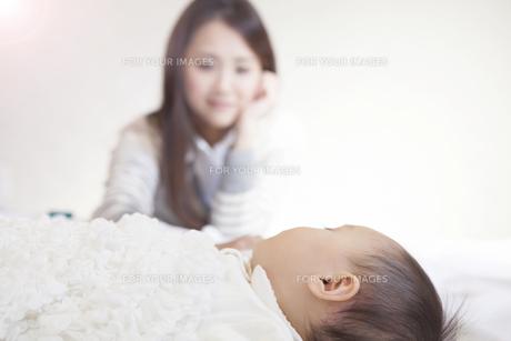 赤ちゃんを見つめる母親の写真素材 [FYI00468182]