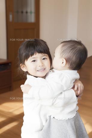赤ちゃんを抱く姉の写真素材 [FYI00468187]