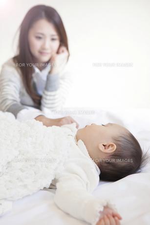 赤ちゃんを見つめる母親の写真素材 [FYI00468190]