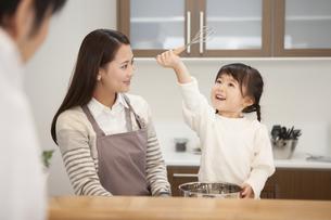 母親と料理をする女の子の写真素材 [FYI00468191]