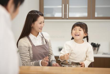 母親と料理をする笑顔の女の子の写真素材 [FYI00468195]