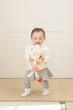 ぬいぐるみで遊ぶ赤ちゃんの写真素材 [FYI00468196]