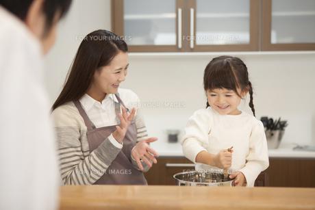 母親と料理をする女の子の写真素材 [FYI00468197]