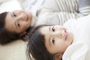 畳で寝転ぶ女の子と母親の写真素材 [FYI00468201]