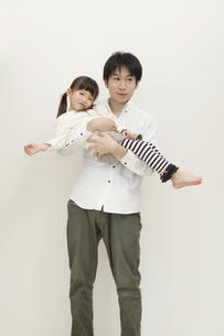 女の子を抱く父親の写真素材 [FYI00468211]