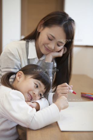 母親と絵を描く女の子の写真素材 [FYI00468213]