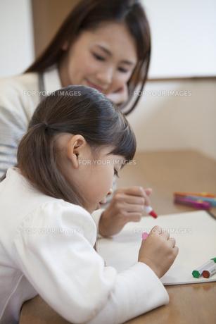 母親と絵を描く女の子の写真素材 [FYI00468220]
