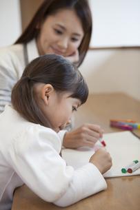 母親と絵を描く女の子の写真素材 [FYI00468221]