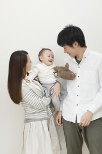 赤ちゃんを見つめる夫婦の写真素材 [FYI00468228]
