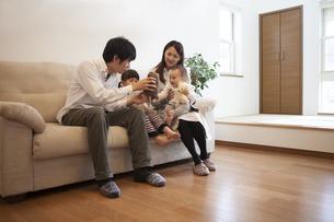 リビングでくつろぐ家族の写真素材 [FYI00468233]