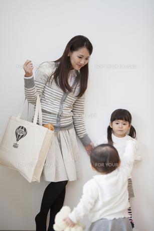 エコバッグを持つ母親と姉妹の写真素材 [FYI00468242]