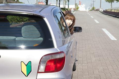 運転席から振り返る、初心者の女性の素材 [FYI00468249]