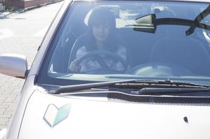 初心者マークを貼って運転する女性の写真素材 [FYI00468251]
